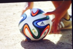 c2fd6b40a5 Adidas lança bola da Copa de 2014 com festa high-tech e Seedorf ...
