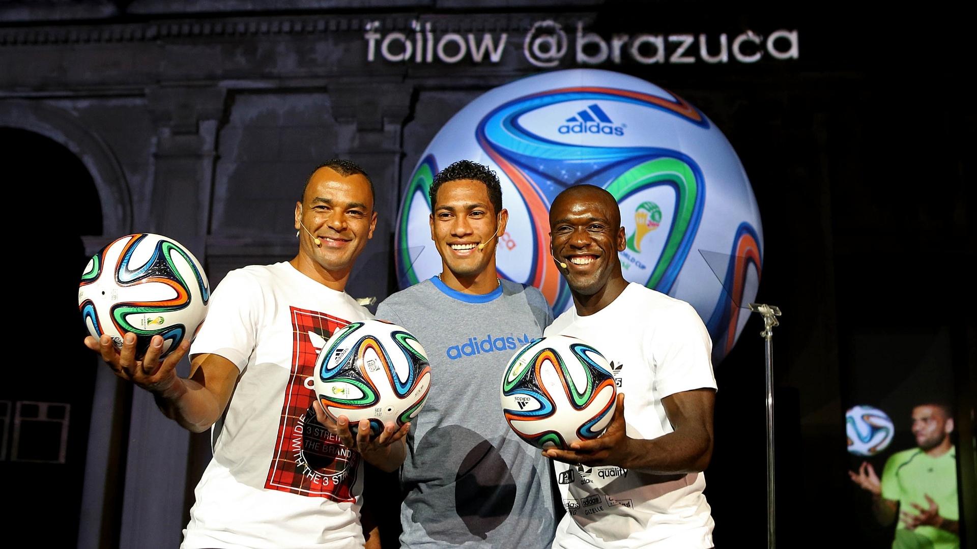03.dez.2013 - Cafu, Hernane e Seedorf posam com a Brazuca, a bola da Copa de 2014 em evento no Rio de Janeiro