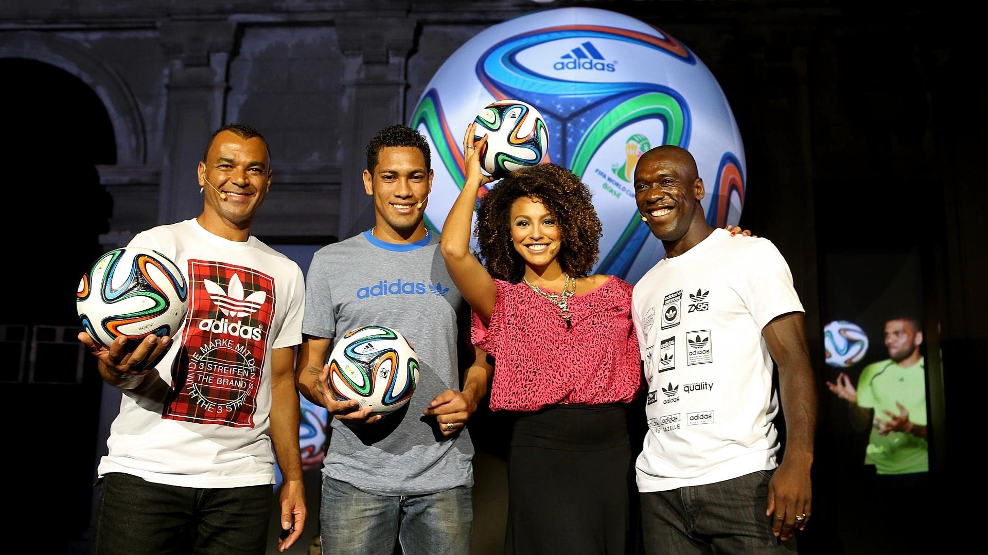 03.dez.2013 - Cafu, Hernane, Sheron Menezes e Seedorf posam com a bola da Copa de 2014 em evento no Rio de Janeiro