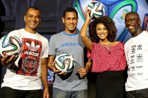 c29fe1cc4b Gafes e ausência de Fred marcam lançamento de bola da Copa de 2014 ...