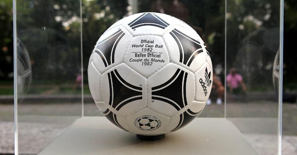 03.dez.2013 - Em 1982, a bola da Copa do Mundo também foi chamada de Tango, mas desta vez 'Tango Espanha', em referência ao país anfitrião. Esta bola foi a última produzida com couro para um Mundial. O desenho da bola foi ligeiramente alterado em relação à Copa anterior