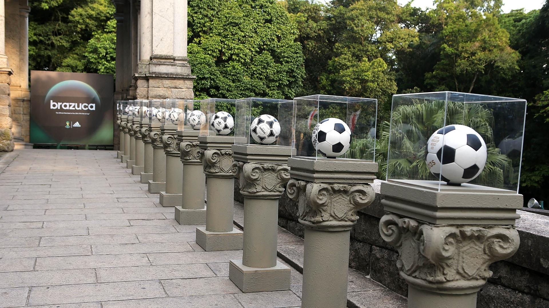 03.dez.2013 - Fornecedora de material esportivo para Copa de 2014, a Adidas expôs no Parque Lage, no Rio de Janeiro, todas as bolas que já criou para as Copas.