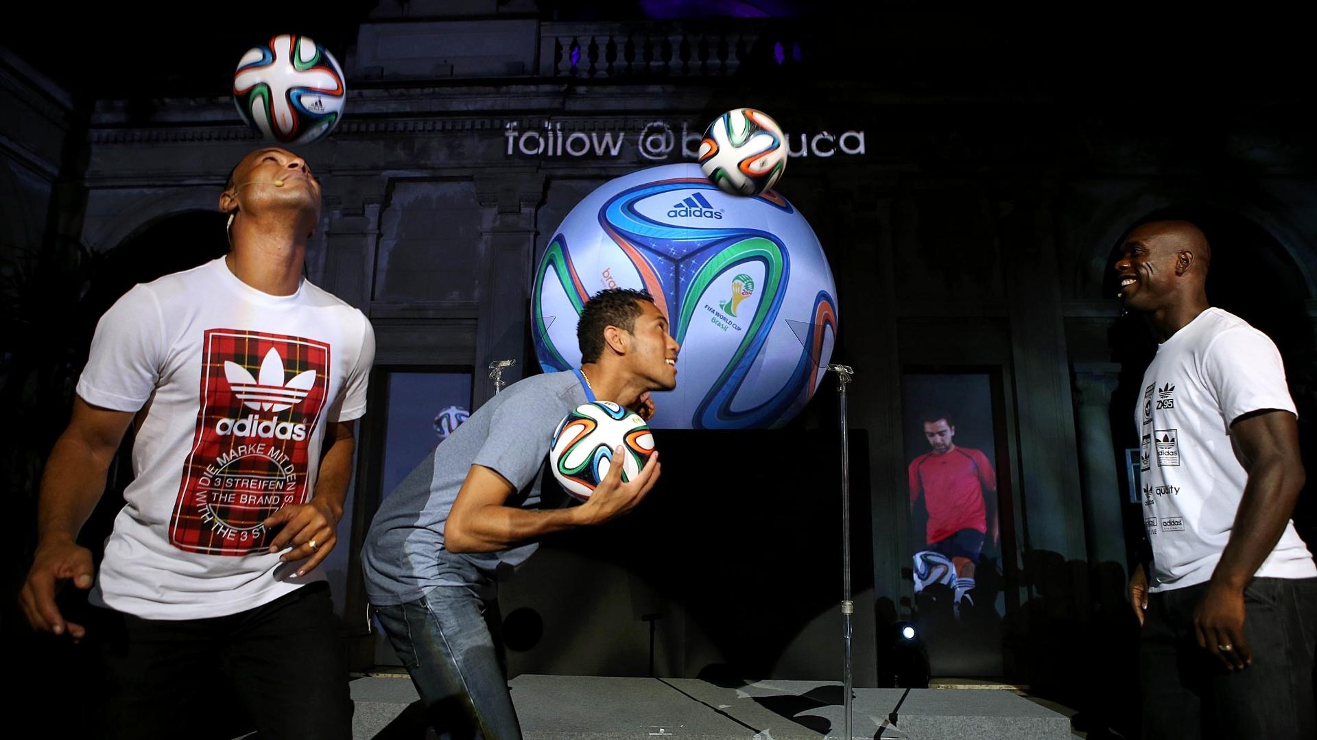 03.dez.2013 - Hernane e Cafu faz embaixadinha com a Brazuca, bola da Copa do Mundo de 2014, em evento no Rio de Janeiro