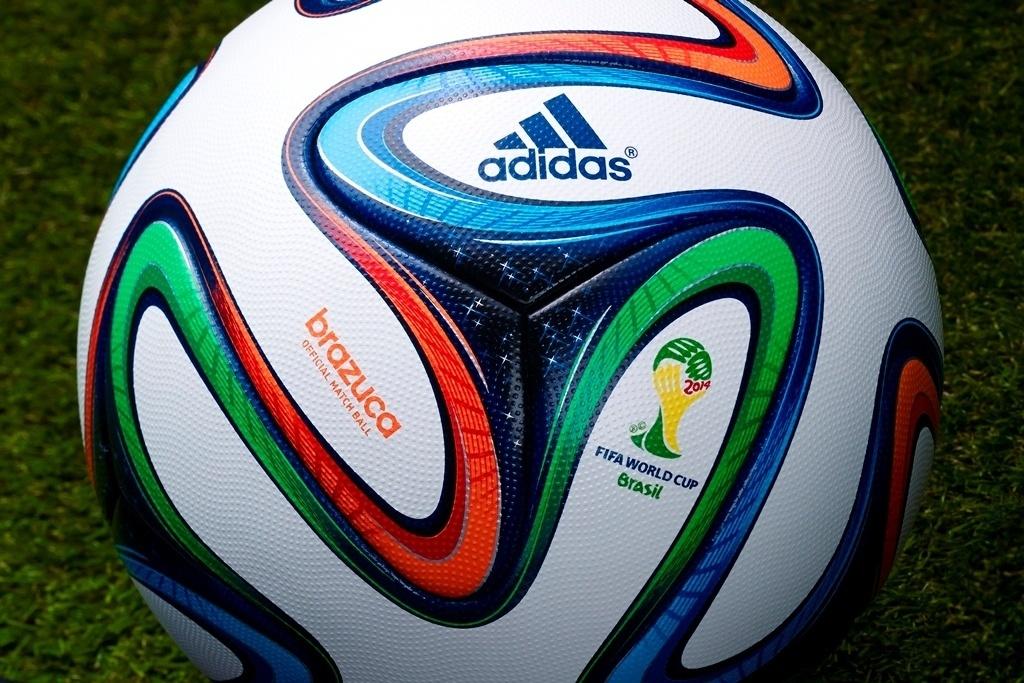 03.dez.2013 - Inspirada nas fitinhas do Senhor do Bonfim, a bola da Copa do Mundo de 2014 é colorida e possui representação do céu brasileiro