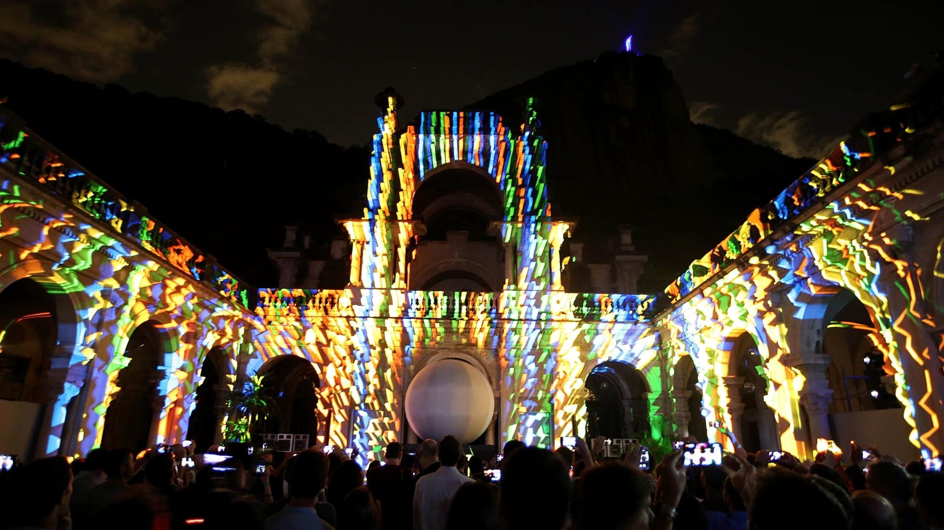 03.dez.2013 - Inspirada nas fitinhas do Senhor do Bonfim, a bola da Copa do Mundo de 2014 foi divulgada em evento no Rio de Janeiro