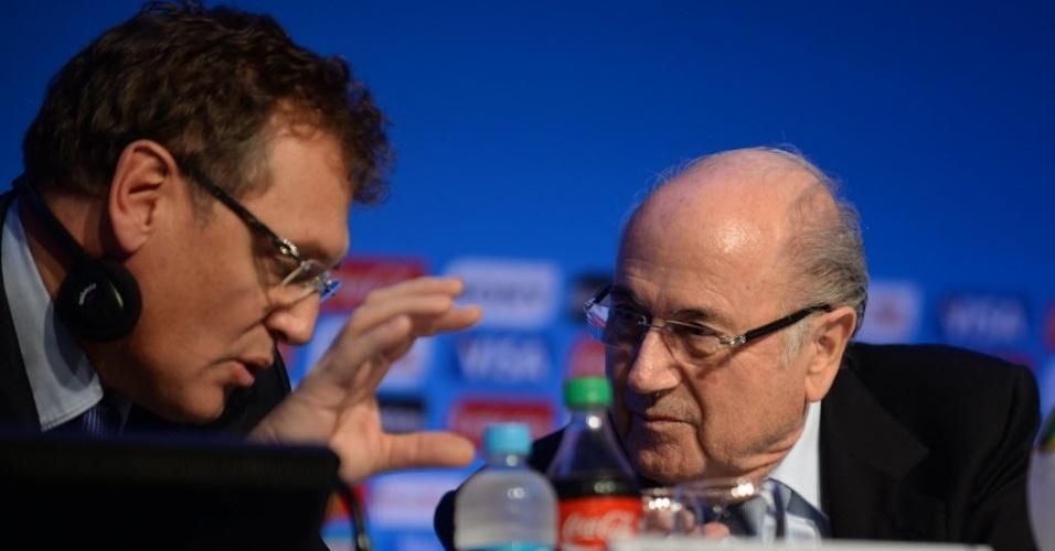 03.dez.2013 - Jérôme Valcke, secretário geral da Fifa (esq.), gesticula e conversa com Joseph Blatter (dir.), presidente da entidade, durante coletiva de imprensa na Costa do Sauípe, local onde acontecerá o Sorteio dos grupos para a Copa do Mundo