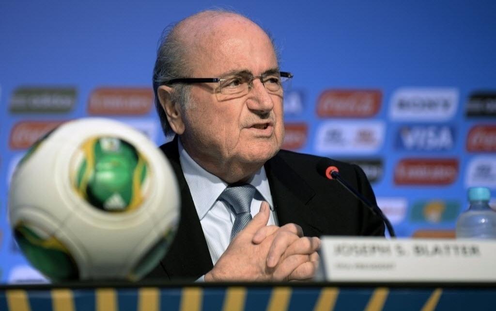 03.dez.2013 - Joseph Blatter (dir.), presidente da Fifa, conversa com a imprensa na Cosa do Sauípe, na Bahia, local onde acontecerá os sorteios dos grupos para a Copa do Mundo