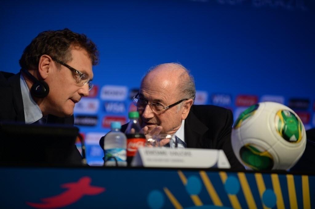 03.dez.2013 - Joseph Blatter (dir.), presidente da Fifa, conversa com Jérôme Valcke, secretário geral da entidade, durante coletiva de imprensa na Costa do Sauípe, local onde acontecerá o Sorteio dos grupos para a Copa do Mundo