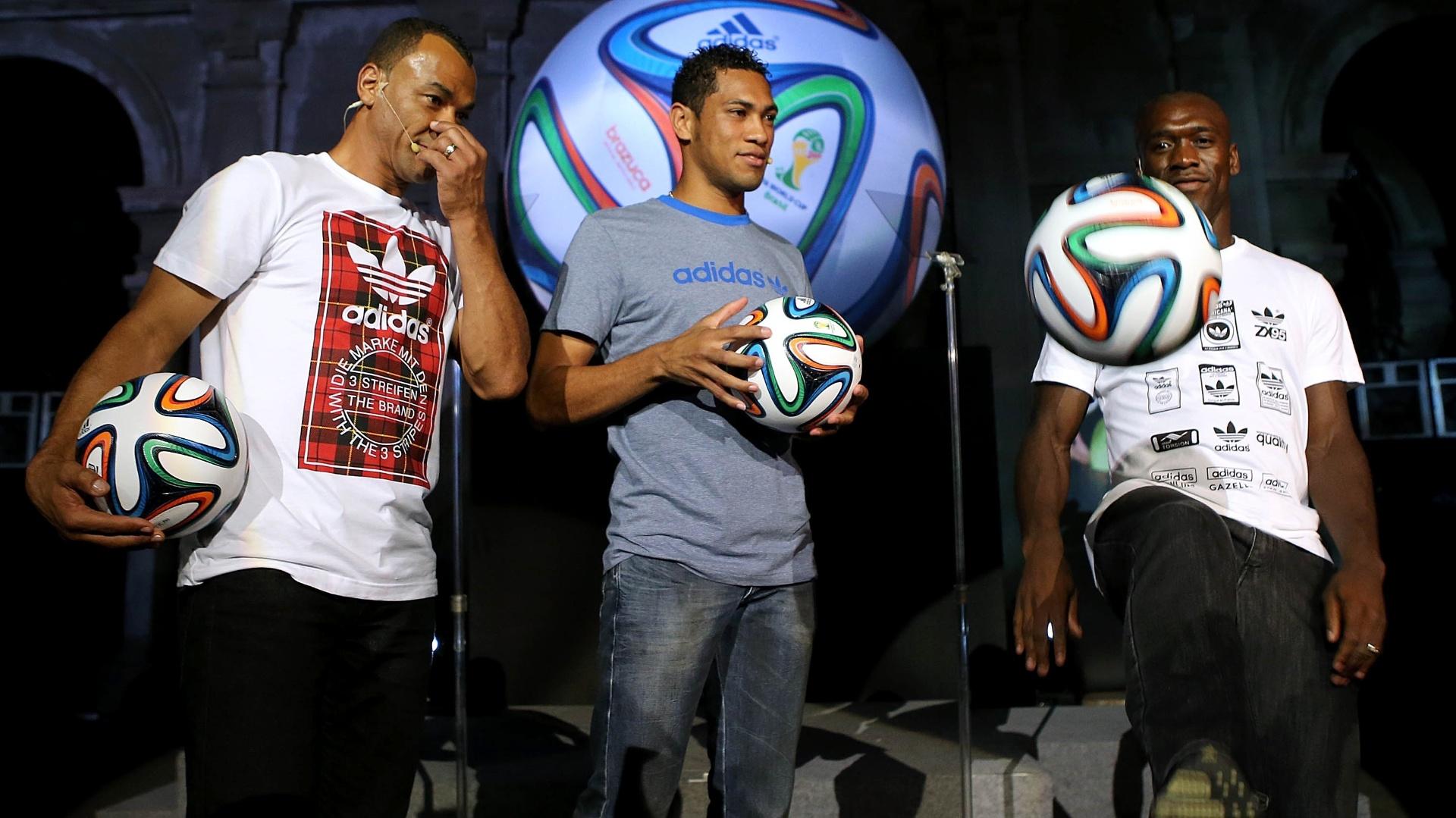 03.dez.2013 - Seedorf faz embaixadinha com a Brazuca, bola da Copa do Mundo de 2014, em evento no Rio de Janeiro