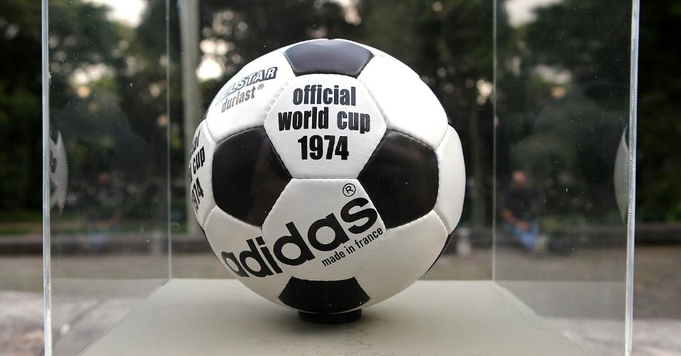 """03.dez.2013 - Telstar Durlasto - bola oficial da Copa de 1974, na então Alemanha Ocidental. O modelo era uma variação em relação à bola do Mundial anterior, porém mais impermeável que a versão de 1970. Após a Copa, foram lançados outros modelos, como a """"Super Lux"""", com gomos laranjas e pretos, especial para jogos com neve"""