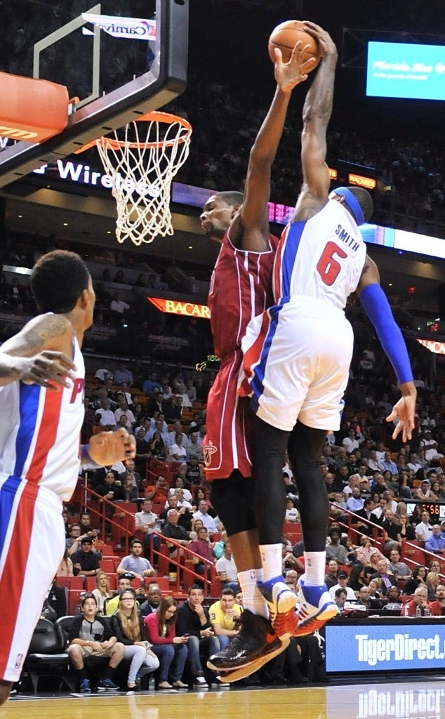 03.dez.2013 - Josh Smith enterra por cima de Chris Bosh na surpreendente vitória do Detroit Pistons sobre o Miami Heat: 107 a 97