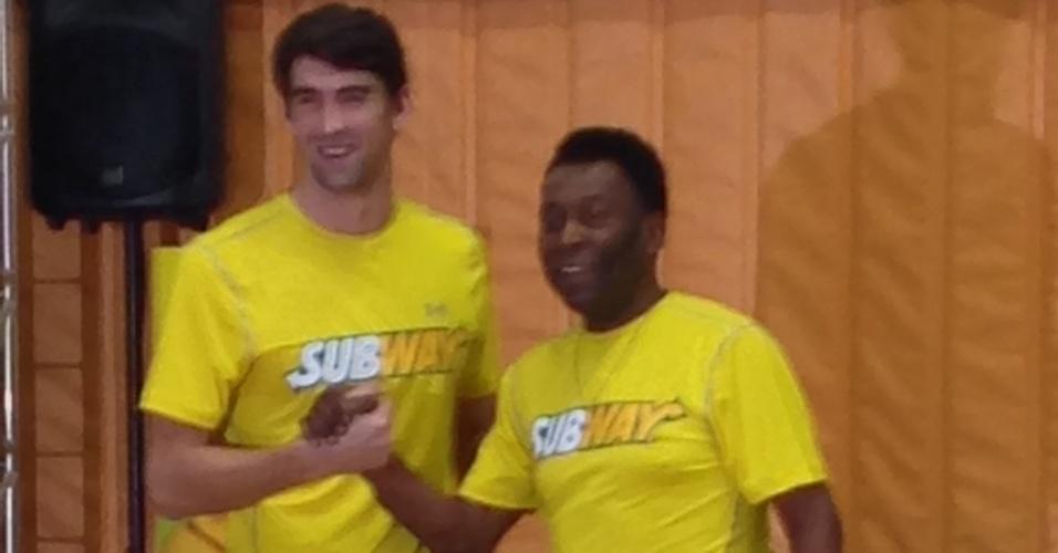 04.12.2013 - Pelé e Michael Phelps durante evento em São Paulo