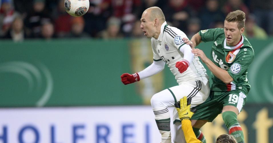 04.dez.2013 - Arjen Robben passa pela defesa do Augsburg antes de fazer seu gol pelo Bayern de Munique, pela Copa da Alemanha