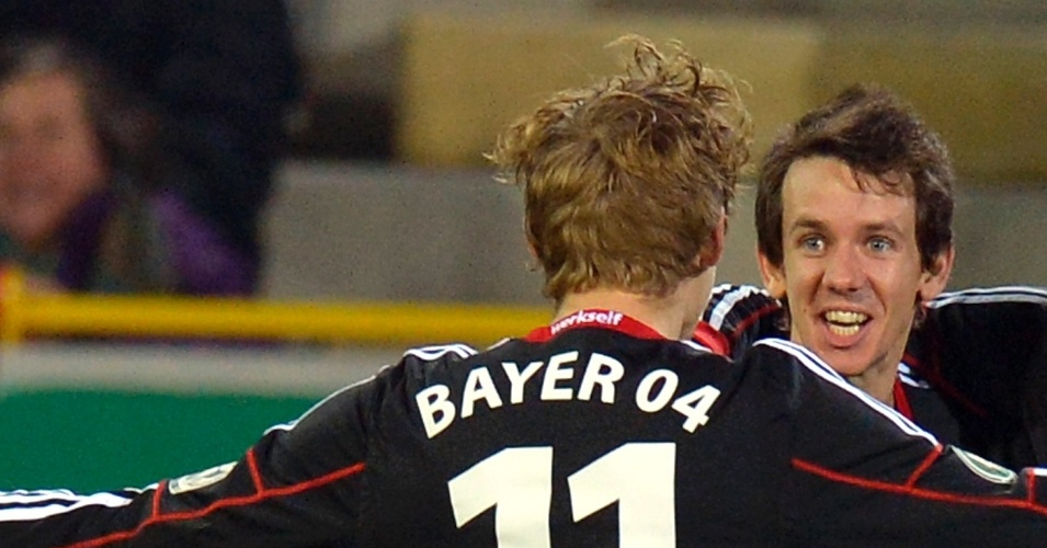04.dez.2013 - Atacante Kiessling vibra com gol de abertura do placar de Kruse do Leverkusen sobre o Freiburg, pela Copa da Alemanha