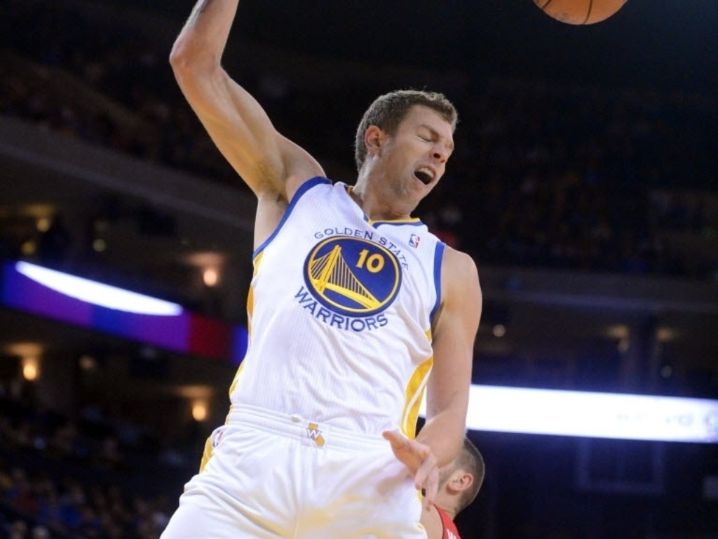 03.dez.2013 - David Lee enterra para o Golden State Warriors na vitória sobre o Toronto Raptors por 112 a 103
