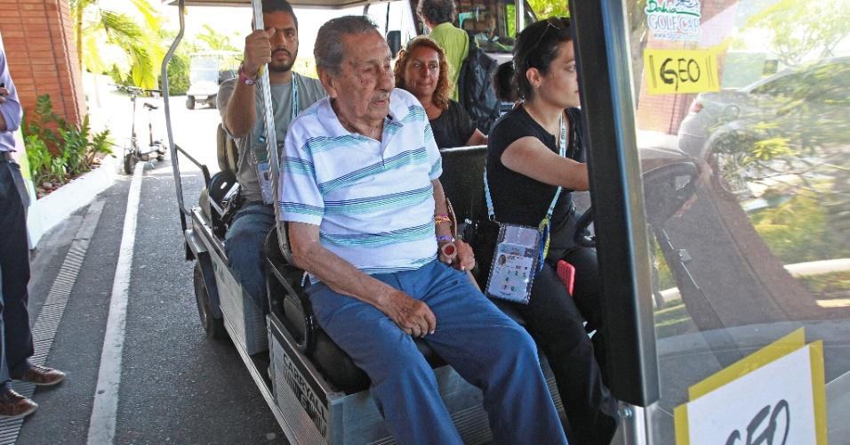 04.dez.2013 - Ex-jogador uruguaio Alcides Ghiggia circula pela Costa do Sauipe, onde será realizado o sorteio para a Copa do Mundo de 2014