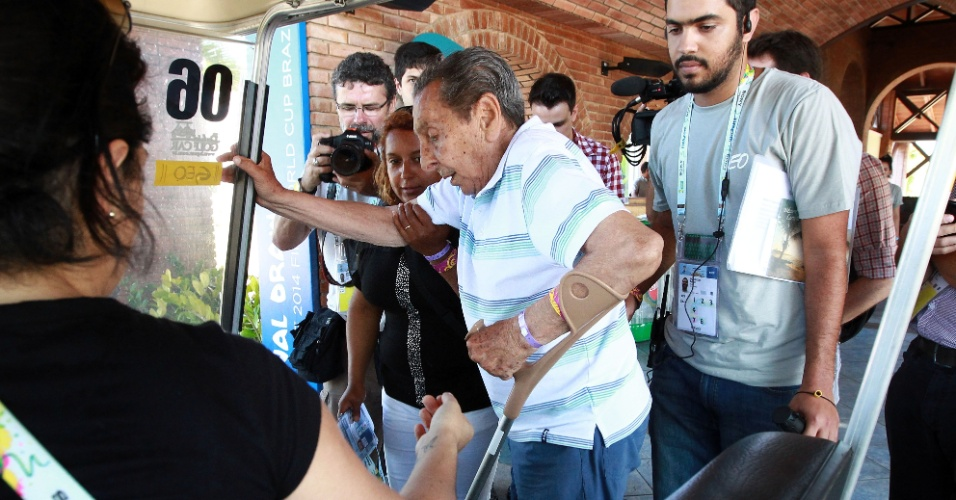 04.dez.2013 - Ex-jogador uruguaio Alcides Ghiggia recebe ajuda para subir no carrinho na Costa do Sauipe, onde será realizado o sorteio para a Copa do Mundo de 2014