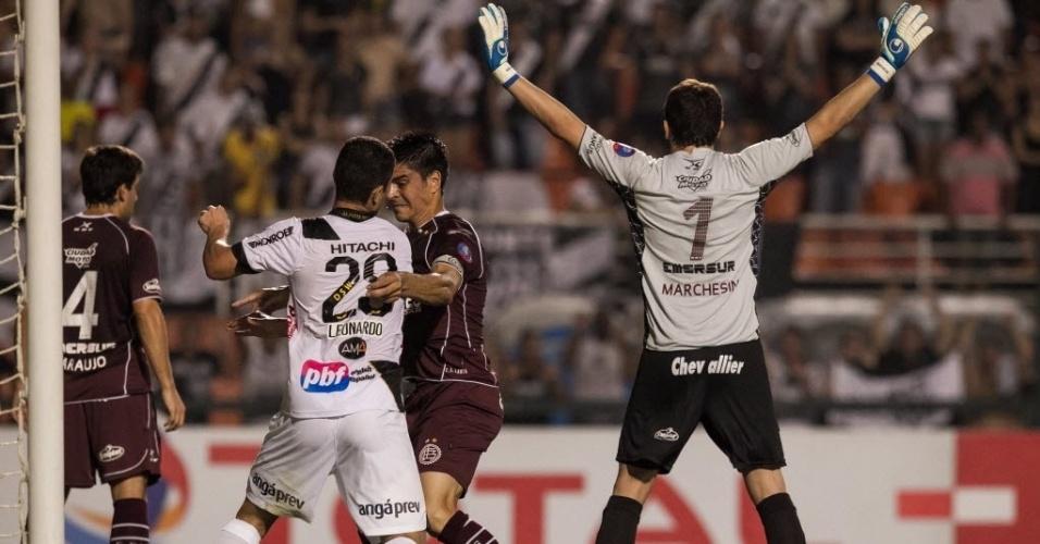04.dez.2013 - Jogadores de Ponte Preta e Lanús brigam pela bola durante escanteio na final da Copa Sul-Americana