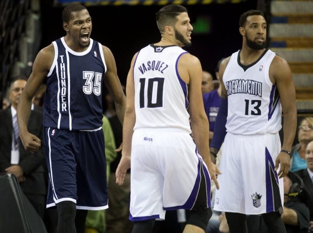 03.dez.2013 - Kevin Durant vibra com marcação de falta durante a vitória do OKC Thunder sobre o Sacramento Kings por 97 a 95