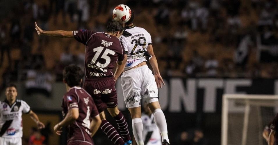 04.dez.2013 - Leonato e Somoza disputam lance durante final da Sul-Americana entre Ponte Preta e Lanús