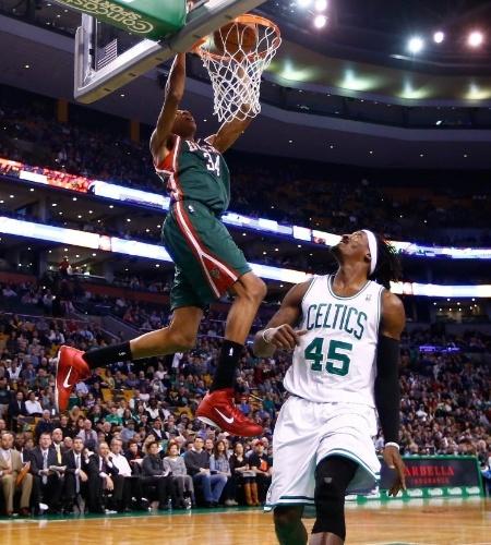 03.dez.2013 - O grego Giannis Antetokounmpo sobe para enterrar na derrota de seu Milwaukee Bucks para o Boston Celtics, por 108 a 100