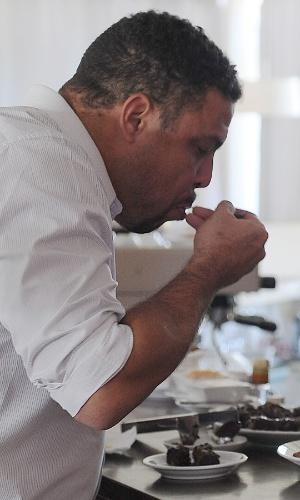 04.dez.2013 - Ronaldo, ex-atacante e membro do COL, aproveita brecha durante entrevista para comer