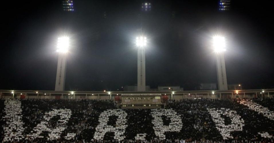 04.dez.2013 - Torcida da Ponte faz grande mosaico durante a final da Copa Sul-Americana contra o Lanús