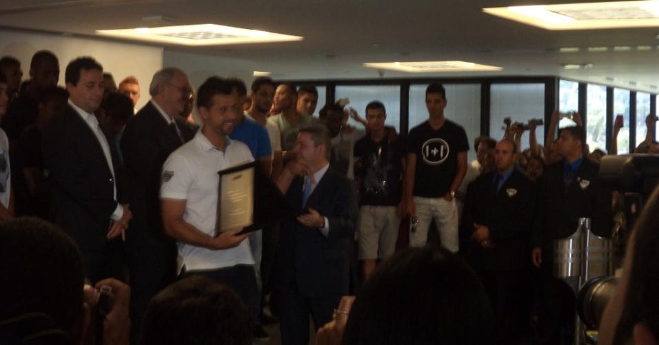4 dez 2013 - Goleiro Fábio recebe placa entregue pelo governador Antonio Anastasia, que não escapou de vaias ao citar o nome do Atlético-MG, seu time de coração