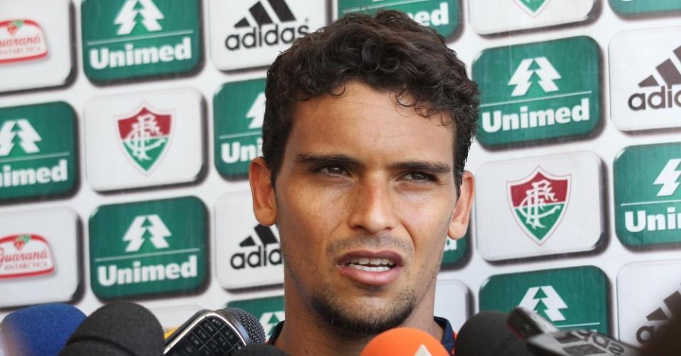 4.nov.2013 - O volante Jean concede entrevista coletiva após treino do Fluminense