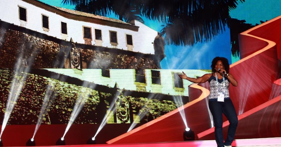 Cantora Margareth Menezes participa do ensaio geral para o sorteio da Copa do Mundo de 2014