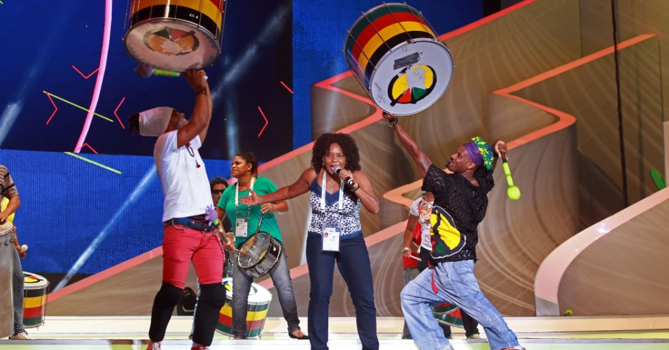 Cantora Margareth Menezes participa junto de integrantes do Olodum do ensaio geral para o sorteio da Copa do Mundo de 2014