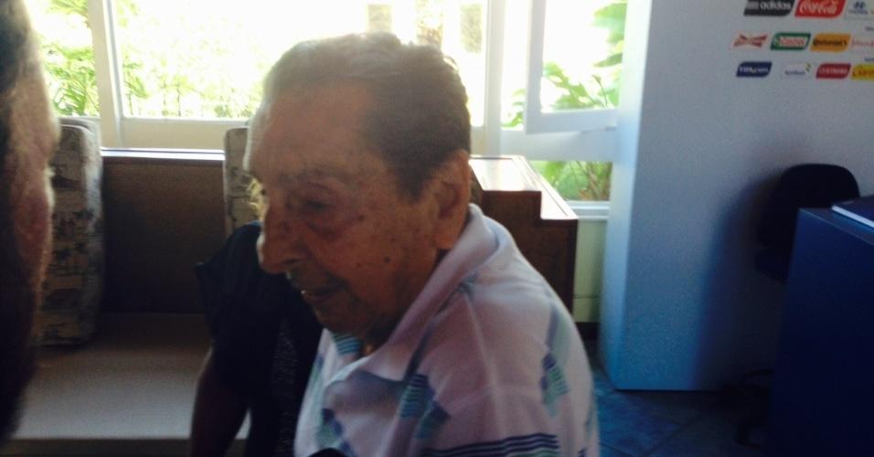 04.dez.2013 - Ex-jogador uruguaio Alcides Ghiggia passa pelo lobby da Costa do Sauipe, na Bahia