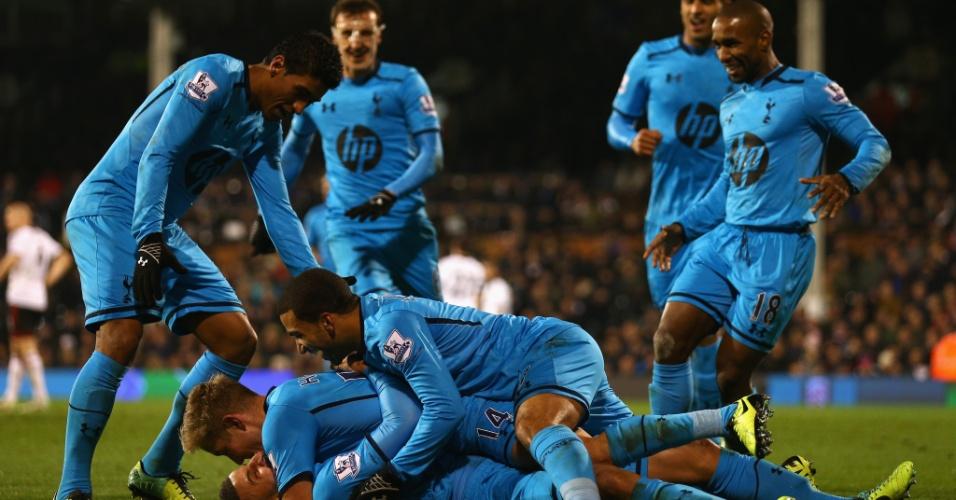 Paulinho (esq.) comemora com os jogadores do Tottenham o gol da equipe contra o Fullham, pelo Campeonato Inglês