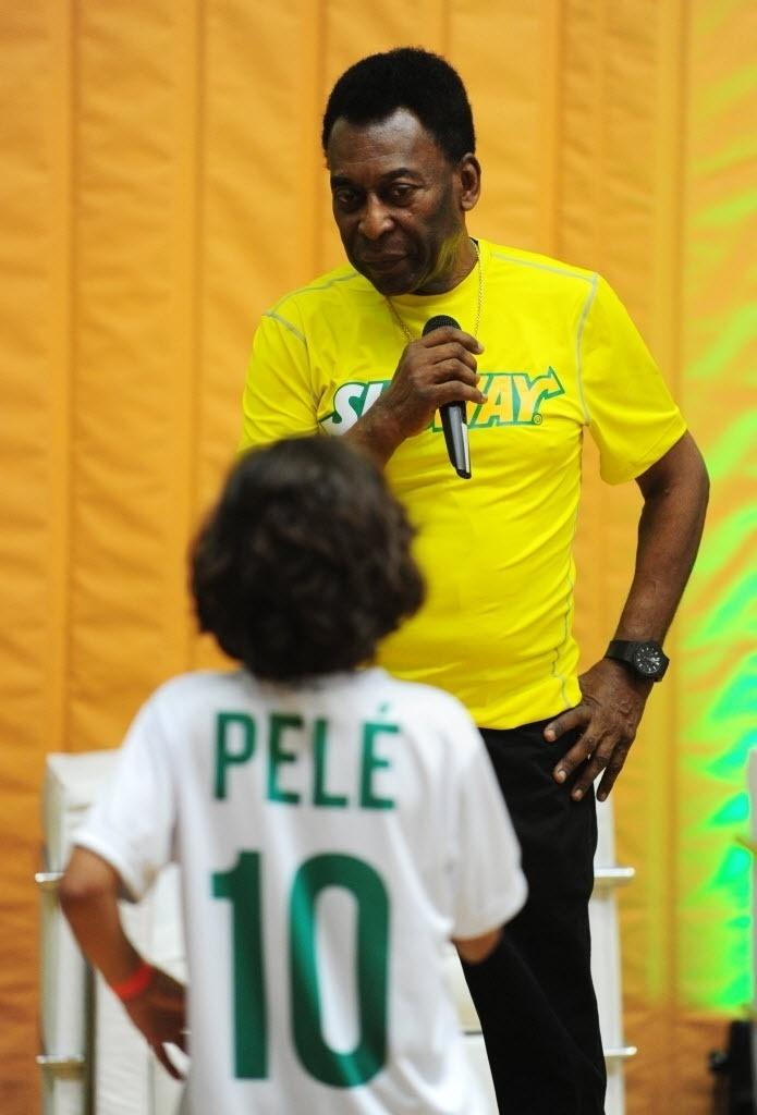 Pelé conversa com criança durante evento em São Paulo