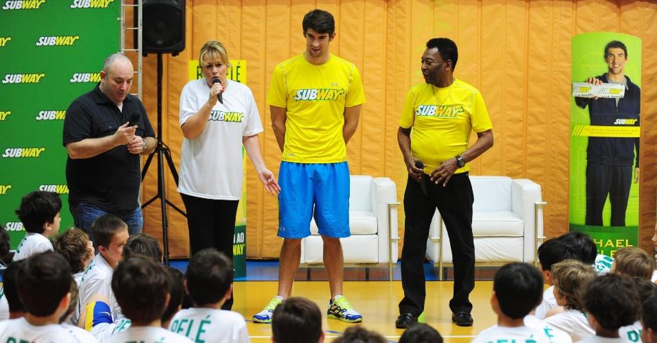 Pelé e o ex-nadador Michael Phelps conversaram com grupo de crianças sobre alimentação saudável em evento em São Paulo