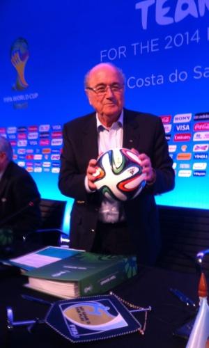 05.nov.2013 - Blatter segura a bola da Copa durante evento da Fifa na Costa do Sauipe