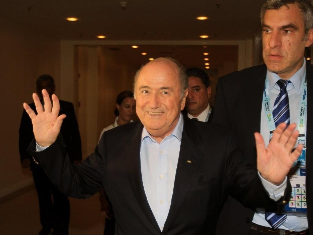 05.nov.2013 - Joseph Blatter chega e acena para os fotógrafos