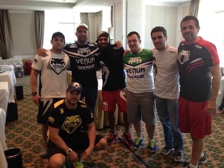 Maurício Shogun posa com sua equipe nos últimos preparativos para o UFC: Pezão x Hunt