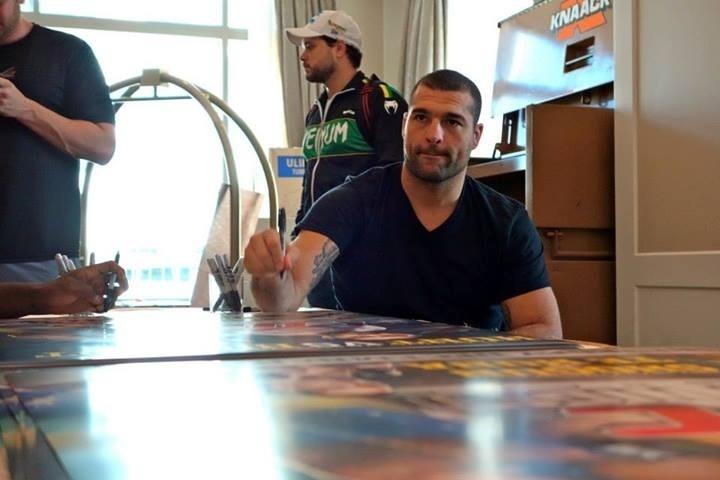 Maurício Shogun também participou de autógrafos no poster oficial do UFC: Pezão x Hunt