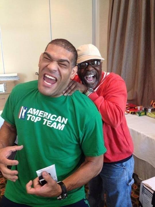 Pezão brinca e faz careta com coordenador do site do UFC nos últimos preparativos para o UFC: Pezão x Hunt