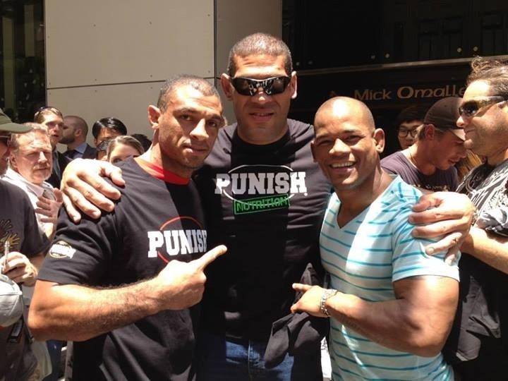 Pezão posa para fotos em Brisbane nos dias que antecedem ao UFC: Pezão x Hunt