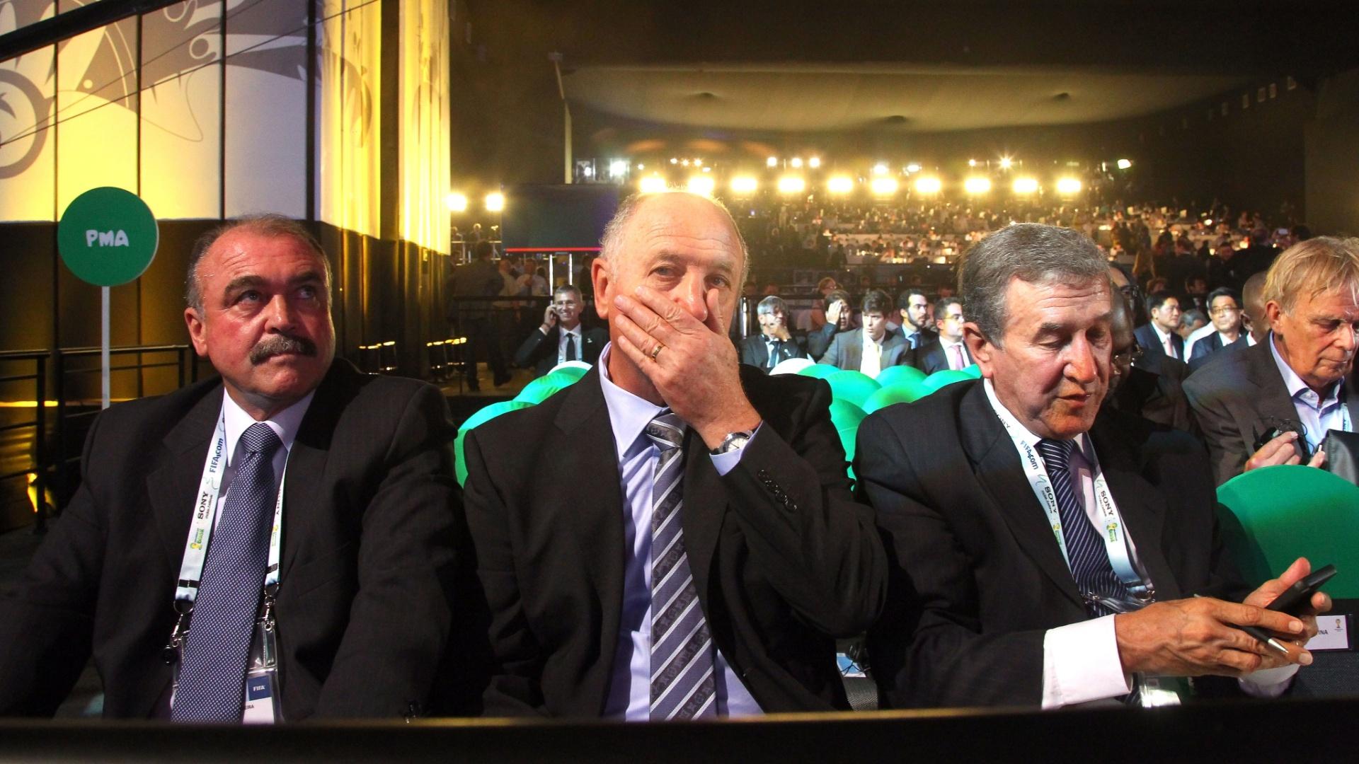 06.12.2013 - Felipão, Parreira e Murtosa aguardam o início do sorteio dos grupos da Copa do Mundo