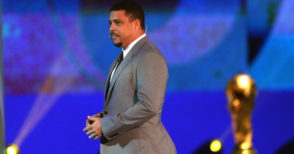 06.12.2013 - Ronaldo participa no palco de forma relâmpago do sorteio dos grupos da Copa