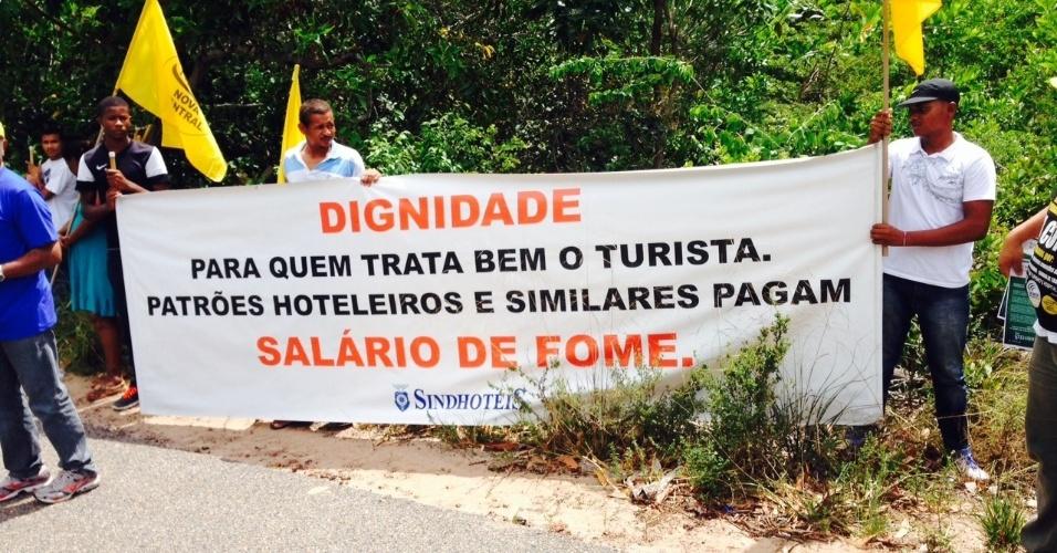 06.dez.2013 - A entrada principal do complexo do resort da Costa do Sauipe, onde será realizado o sorteio dos grupos da Copa do Mundo, foi palco protesto de integrantes do grupo SindiHoteis Bahia