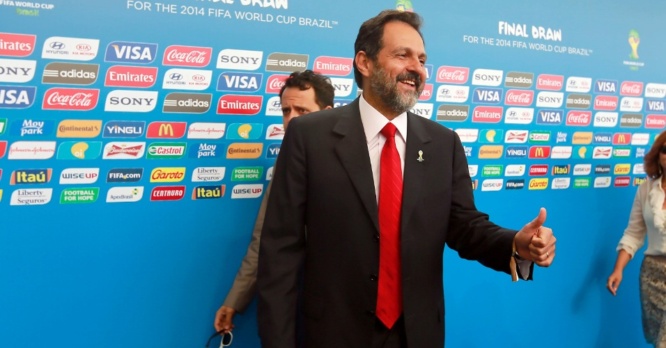 06.dez.2013 - Agnelo Queiroz, governador do Distrito Federal, durante chegada no local do sorteio da Copa do Mundo