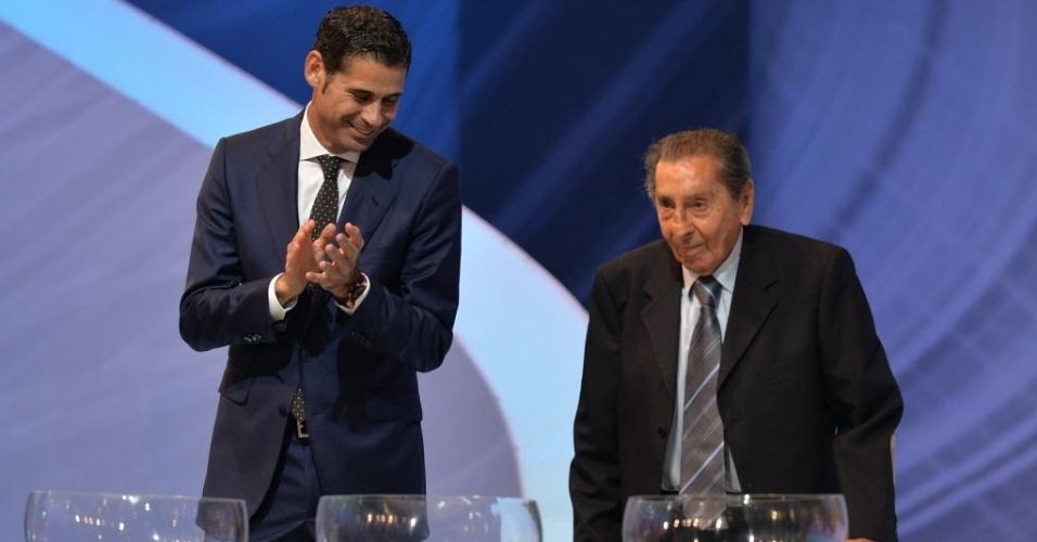 06.dez.2013 - Alcides Edgardo Ghiggia (dir.) e Fernando Hierro participam do sorteio dos grupos para a Copa do Mundo