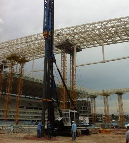 06.dez.2013 - Arena Corinthians recebe primeiras estacas das arquibancadas temporárias