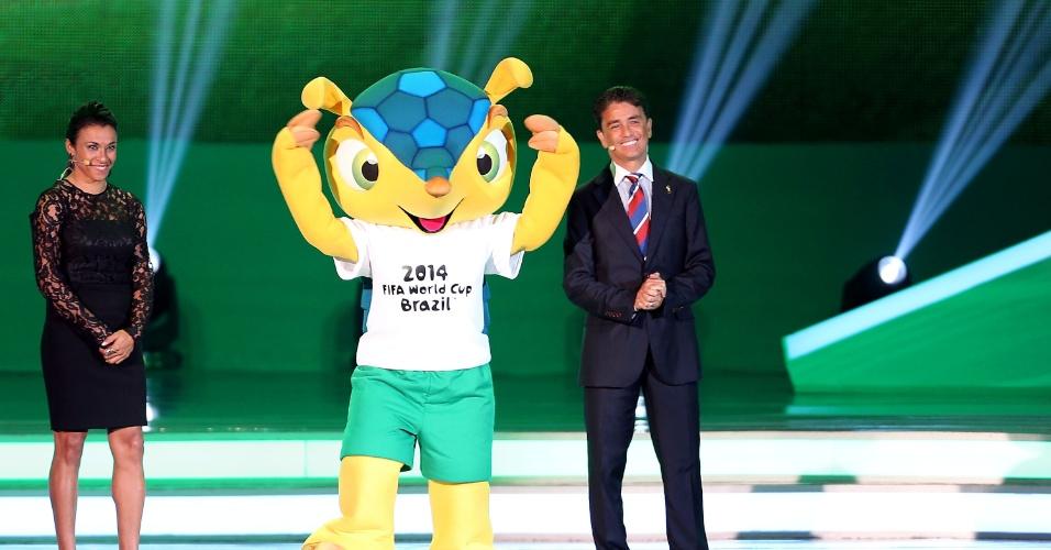 06.dez.2013 - Bebeto faz apresentação ao lado do mascote Fuleco