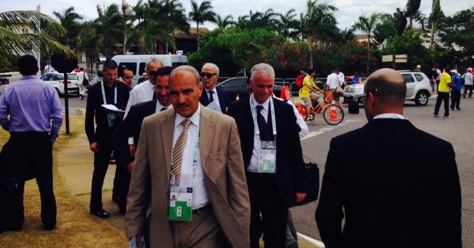 06.dez.2013 - Executivos chegam ao local do sorteio que vai definir os grupos da primeira fase da Copa do Mundo de 2014