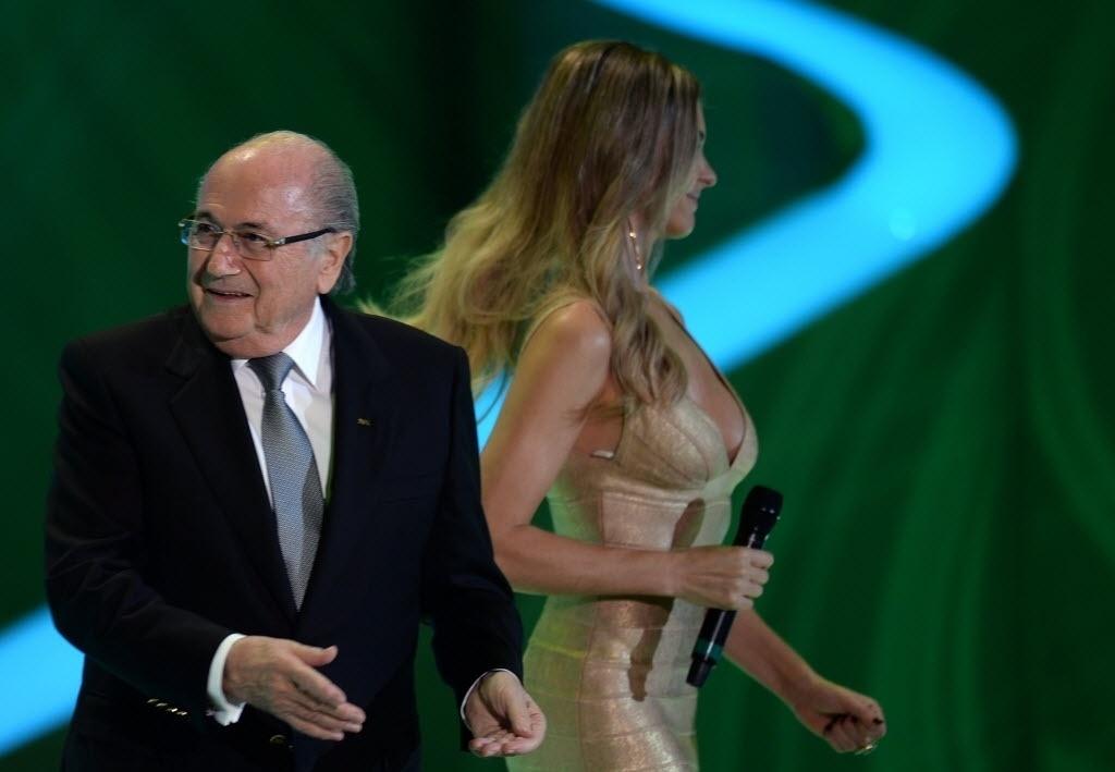 06.dez.2013 - Fernanda Lima (dir.) e Joseph Blatter durante o sorteio dos grupos da Copa do Mundo